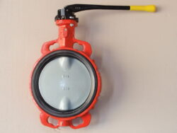 Uzavírací klapka-mezipřírubová ,série 600 ,verze B ,DN-125 ,PN-16 ,(plyn).-Uzavírací klapka-mezipřírubová, série 600 verze B ,DN-125 ,PN-16 ,(pro plyn ). Ovládání ruční pákou, matr.tělesa : GG 25, manžeta: NBR, talíř: GGG 40 . Připojení - stavební délka dle DIN 3202-K1, ISO příruba PN6/10/16 .