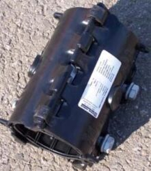 Easiclamp DN-100-Opravná objímka (třmen) dvoudílná typ. Easiclamp, DN-100 ( min./max. 115,0 - 125,6 ). Určeno pro opravy obvodových lomů, korozních děr, podélných trhlin potrubí.